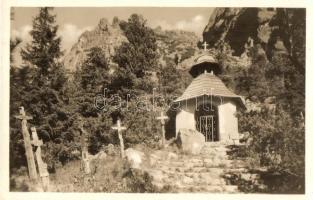 Tátra, Magas Tátra, Vysoké Tatry; Szimbolikus temető és kápolna az Oszterván / Symbolicky cintorin pod Ostrovou / symbolic cemetery on Ostrva (gyűrődés / crease)