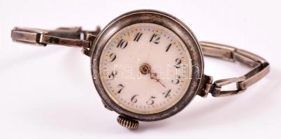 Ezüst(Ag) óra, biztonsági zárral, jelzett, d: 2,8 cm, egyik mutató hiányzik, bruttó: 20,5 g