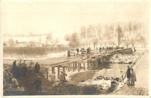 Osztrák-magyar utászok építik a hidat a nehéztüzérség részére egy gyaloghíd mellett / WWI Austro-Hungarian K.u.K. military sappers building a bridge for the heavy artillery next to a footbridge. photo (EK)