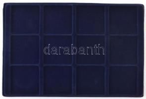 1db kék színű, bársonyborítású tálca 12db 67x67mm-es férőhellyel