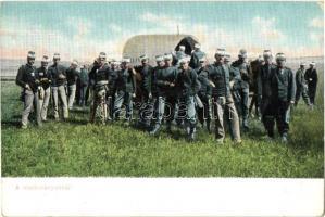 Első világháborús osztrák magyar katonai lap. Katonák csoportképe a Markotányosnál / WWI K.u.k. military, soldiers group in front of the Victualling building
