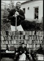 cca 1988 Hernádi Miklós (1944) művészeti író, szociológus családi körben, Lengyel Gábor fotóriportja, 5 db pecséttel jelzett vintage fotó, 16x21 cm és 16,5x22,5 cm között