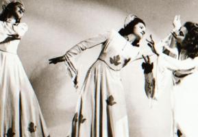 cca 1935 Szentpál Olga (1895-1968) mozgásművészeti csoportjáról készült negatív, 4x5 cm