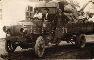 Póth budapesti raktárának a teherautója munkásokkal / Hungarian warehouses truck. photo