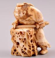 XX. század eleje harcos necuke, faragott elefántcsont figura, jelzés nélkül, m: 5 cm