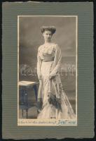 1920 Kertész K. Róbertné (szül. Mentsák Margit) műtermi fényképe, feliratozva, 19x10,5 cm, karton 25x17 cm