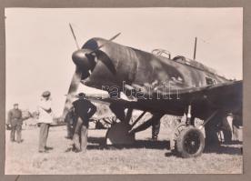 cca 1940 Könnyű bombázó személyezettel, kartonra ragasztott fotó, 12×16 cm
