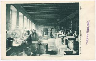 Ajka, Kossuch János üveggyára, belső az üvegcsiszoló munkásokkal