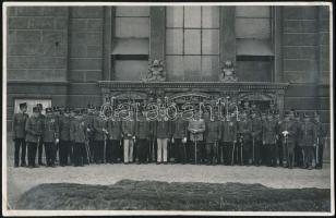 cca 1930-1940 Tisztek a Ludovika épülete előtt, fotó Orelly budapesti műterméből, hátulján pecséttel jelzett, 11,5×17,5 cm