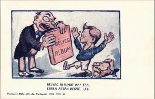 Bélyeg albumot kap Feri, ebben aztan kedvét leli. Budapesti Bélyegtőzsde reklámja / Hungarian stamp collectors advertisement art postcard s: Bér