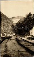 1925 Carrara, Márványbánya, iparvasút, jobbra és balra csiszoló műhelyek / marble quarry, industrial railway, grinding workshops. photo (vágott / cut)