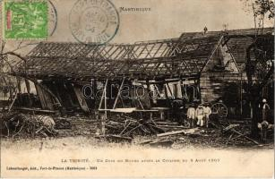 1903 La Trinité, Un coin du bourg apres le cyclone du 8 Aout / A corner of the village after the cyclon, ruins
