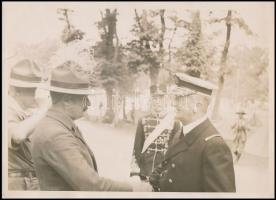 1933 Horthy Miklós kormányzó cserkész vezetőkkel, fotó, felületén törésnyommal, szakadással, 17,5×24 cm