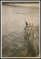 cca 1931 Kinszki Imre (1901-1945) budapesti fotóművész hagyatékából, feliratozott, vintage fotó (Dunai pecás), 8,8x6,1 cm