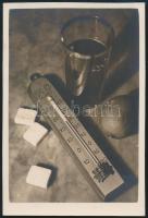 cca 1936 Thöresz Dezső (1902-1963) békéscsabai gyógyszerész és fotóművész hagyatékából,jelzés nélküli vintage fotó (Hőmérős csendélet), 8,7x5,8 cm