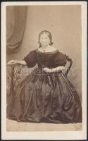 cca 1860 Divatosan öltözött nagymama Egerben, Mihály József fényképész műtermében készült, vizitkártya méretű fénykép, 10,2x6,4 cm
