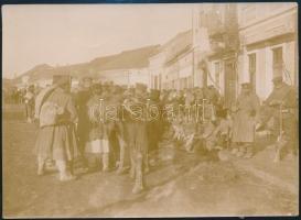 1916 Bolgár katonák egy macedón városban. Jelzett sajtófotó / Bulgarian soldiers in a Macedonian city. 11x15 cm