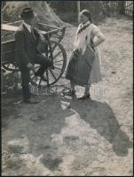 cca 1935 Szabó Lajos (?-?) újpesti fotóművész hagyatékából,  pecséttel jelzett vintage fotó (Falusi randevú), 22,5x17 cm
