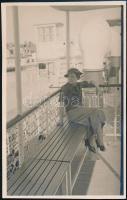 1935 Hölgy a Szent István hajó fedélzetén, fotólap, 13×8,5 cm