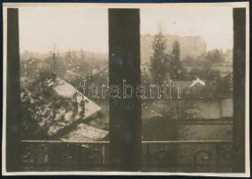 1929 Kinszki Imre (1901-1945) budapesti fotóművész által feliratozott vintage fotó a hagyatékából (Zugló, eső), 6x8,5 cm