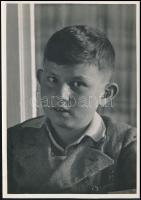 cca 1934 Kinszki Gábor portréja, Kinszki Imre (1901-1945) budapesti fotóművész hagyatékából jelzés nélküli, vintage fotó, 17x12 cm