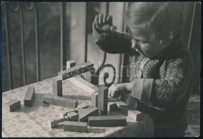 cca 1932 Kinszki Imre (1901-1945) budapesti fotóművész pecséttel jelzett vintage fotóművészeti alkotása (Gáborka építő játékkal), 11,5x17 cm