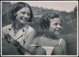 cca 1933 Kinszki Imre (1901-1945) budapesti fotóművész aláírt, pecséttel jelzett vintage fotóművészeti alkotása (Kálmán Kata és Kinszki Gáborka, aki négy és féléves), 12,5x18 cm