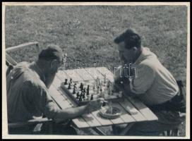 cca 1933 Kinszki Imre (1901-1945) budapesti fotóművész jelzés nélküli, vintage fotóművészeti alkotása (sakkparti), 4,3x6 cm