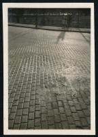 cca 1932 Kinszki Imre (1901-1945) budapesti fotóművész jelzés nélküli, vintage fotóművészeti alkotása (ellenfény, árnyék, macskaköves út), 6x4,3 cm
