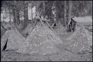 cca 1942 Thöresz Dezső (1902-1963) békéscsabai gyógyszerész és fotóművész szolgálatot teljesített egy sebesültszállító vonaton Bp. és Kijev között, és elkísérte a 2. magyar hadsereg kivonulását is a Don-kanyarhoz. Hagyatékában fennmaradtak az általa, út közben készített felvételek. Ebben a tételben 13 db vintage felvétel szerepel, (12 db negatív + 1 db színes diapozitív), 6x6 cm és 24x36 mm