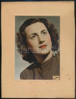 cca 1940 Inkey Tibor (1908-1998) budapesti fényképész, fotóriporter, fotóművész műterméből, matricával jelzett vintage fotó, kézzel színezett portré, 17,5x12,5 cm, karton 27x20,5 cm