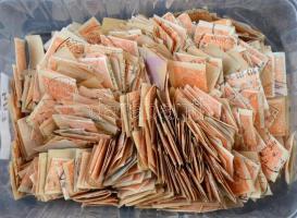 Sok száz darab magyar Hírlapbélyeg, műanyag kis dobozban
