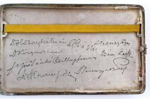 Ezüst (Ag.) cigarettatárca, belül Nyírő Gyula orvos kollégáinak aláírásaival, fedelén 1937. jan. 11.-1947. jan. 11. felirattal, jelzett, 9×14,5×1 cm, bruttó 222,4 g