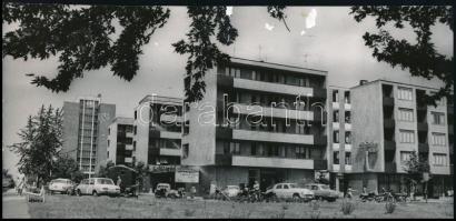 cca 1960-1970 Dunaújváros, Magyar Hírek Szerkesztősége, cukrászda, Ibusz iroda, Novotta Ferenc sajtófotója, sérült, 11×23 cm