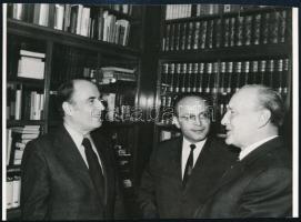 A Francia Szocialista Párt küldöttsége Magyarországon, Mitterrand, Kádár János, feliratozott, pecséttel jelzett sajtófotó, 13×18 cm
