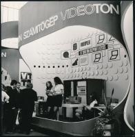 1973 Budapesti Nemzetközi Vásár Videoton stand, Novotta Ferenc pecséttel jelzett fotója, 18×18 cm