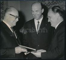 1967 Magyarország meghívása a mexikói olimpiára, feliratozott sajtófotó, foltos, 13×14 cm