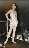 1968 Divatfotó, hölgy kifutón, sajtófotó, 18×11 cm