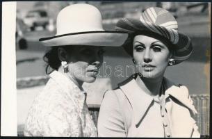 1972 Hölgyek kalapban, Bara István pecséttel jelzett divatfotója, 12×18 cm