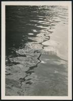 cca 1930 Kinszki Imre (1901-1945) budapesti fotóművész  jelzés nélküli vintage fotója (Hajókötél tükröződése), 6x4,3 cm