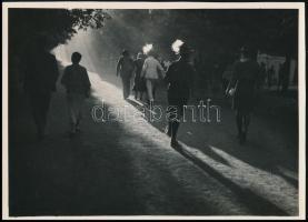 cca 1933 Kinszki Imre (1901-1945) budapesti fotóművész aláírással és pecséttel jelzett vintage fotóművészeti alkotása (Jamboree), 12,8x17,8 cm