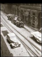 cca 1931 Kinszki Imre (1901-1945) budapesti fotóművész hagyatékából, jelzés nélküli, vintage NEGATÍV (behavazott automobil), 7x4,3 cm