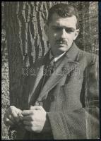 1940. október 18. Lengyel Lajos felvétele Kinszki Imréről (a kép feliratozása Kinszki Imre keze írása), vintage fotó, 11,5x8,1 cm
