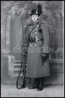 cca 1943 Csendőr, teljes felszerelésben a kiskunfélegyházi Marika fotóműteremben, mai nagyítás, 15x10 cm