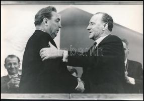 cca 1970 Brezsnyev és Kádár János, 2 db vintage fotó, az egyik feliratozott, 9x14 cm és 20,5x30 cm