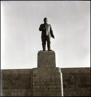 cca 1950 Sztálin szobor Budapesten, 4 db vintage negatív Tiszavölgyi József (1909-?) budapesti fotóriporter hagyatékából, 6x6 cm