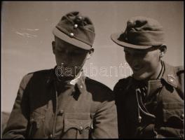 cca 1942 Thöresz Dezső (1902-1963) békéscsabai gyógyszerész és fotóművész szolgálatot teljesített egy sebesültszállító vonaton Bp. és Kijev között, és elkísérte a 2. magyar hadsereg kivonulását is a Don-kanyarhoz. Hagyatékában fennmaradtak az általa, út közben készített felvételek. Ebben a tételben 13 db vintage negatív szerepel, 4,5x6 cm
