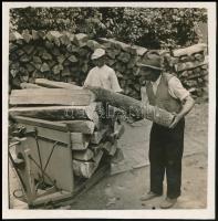 cca 1937 Thöresz Dezső (1902-1963) békéscsabai gyógyszerész és fotóművész hagyatékából, jelzés nélküli vintage fotó (Fakereskedő), 6x6 cm