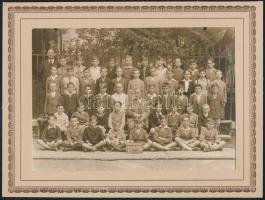 1934 Toldy Ferenc Főreáliskola I. osztályos tanulói, kartonra kasírozott fotó, szakadással, 11,5×16,5 cm