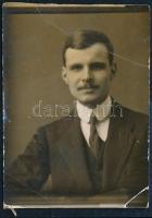 1912 Grexa Gyula (1891-1977) irodalom- és művelődéstörténész fotója, hátulján az aláírásával, 3,5×3 cm
